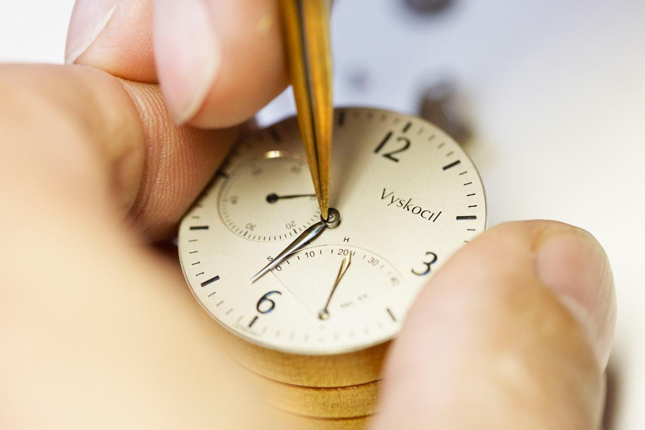 Behutsam setzt Uhrmacher Volker Vyskocil den Minutenzeiger der VA ein. Wir sind in seiner Werkstatt in Nettetal-Kaldenkirchen und es ist 15:12 Uhr.