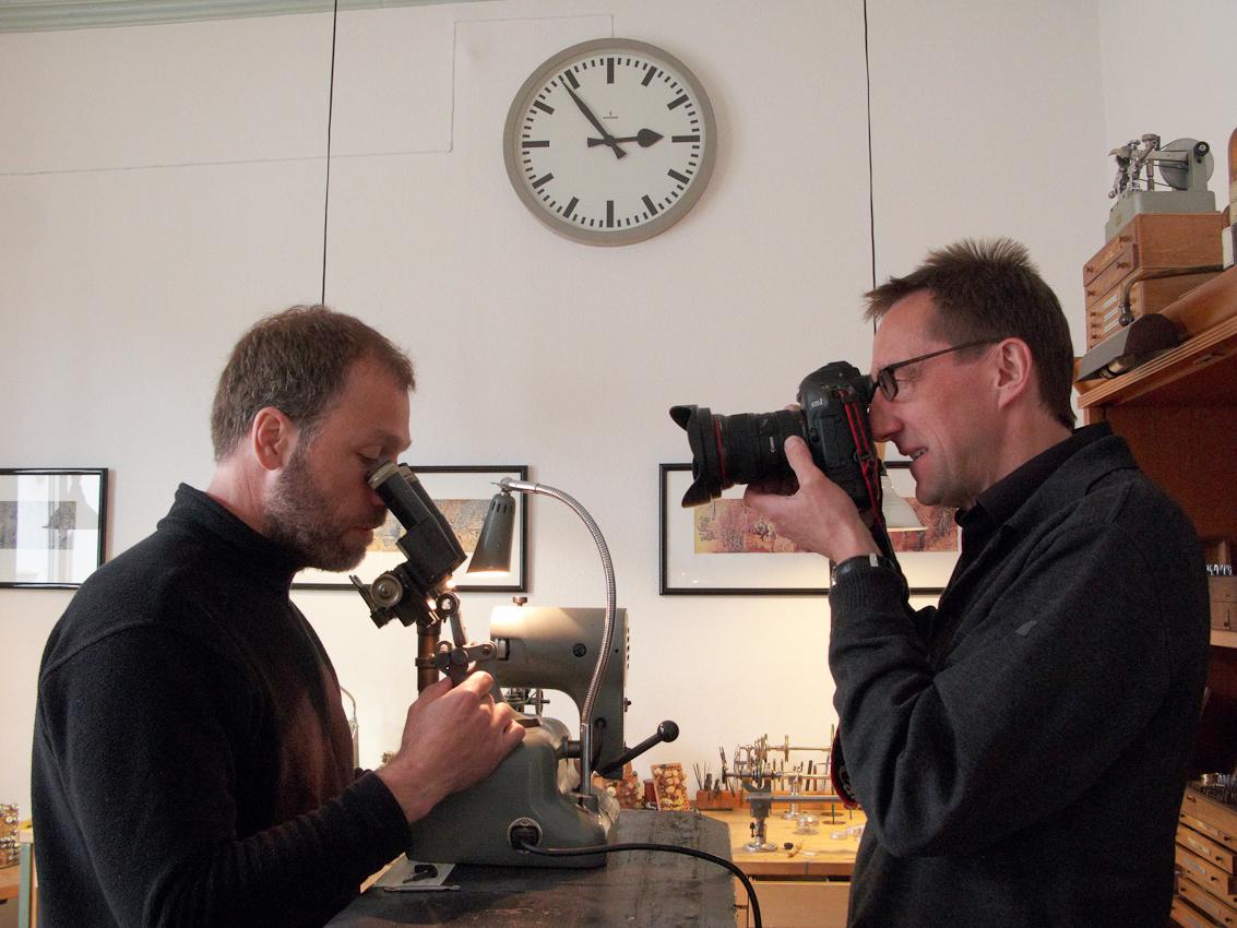Um 14:53 fotografiert Ralf Baumgarten den Uhrmacher Volker Vyskocil am Mikroskop in seiner Werkstatt in Nettetal-Kaldenkirchen.