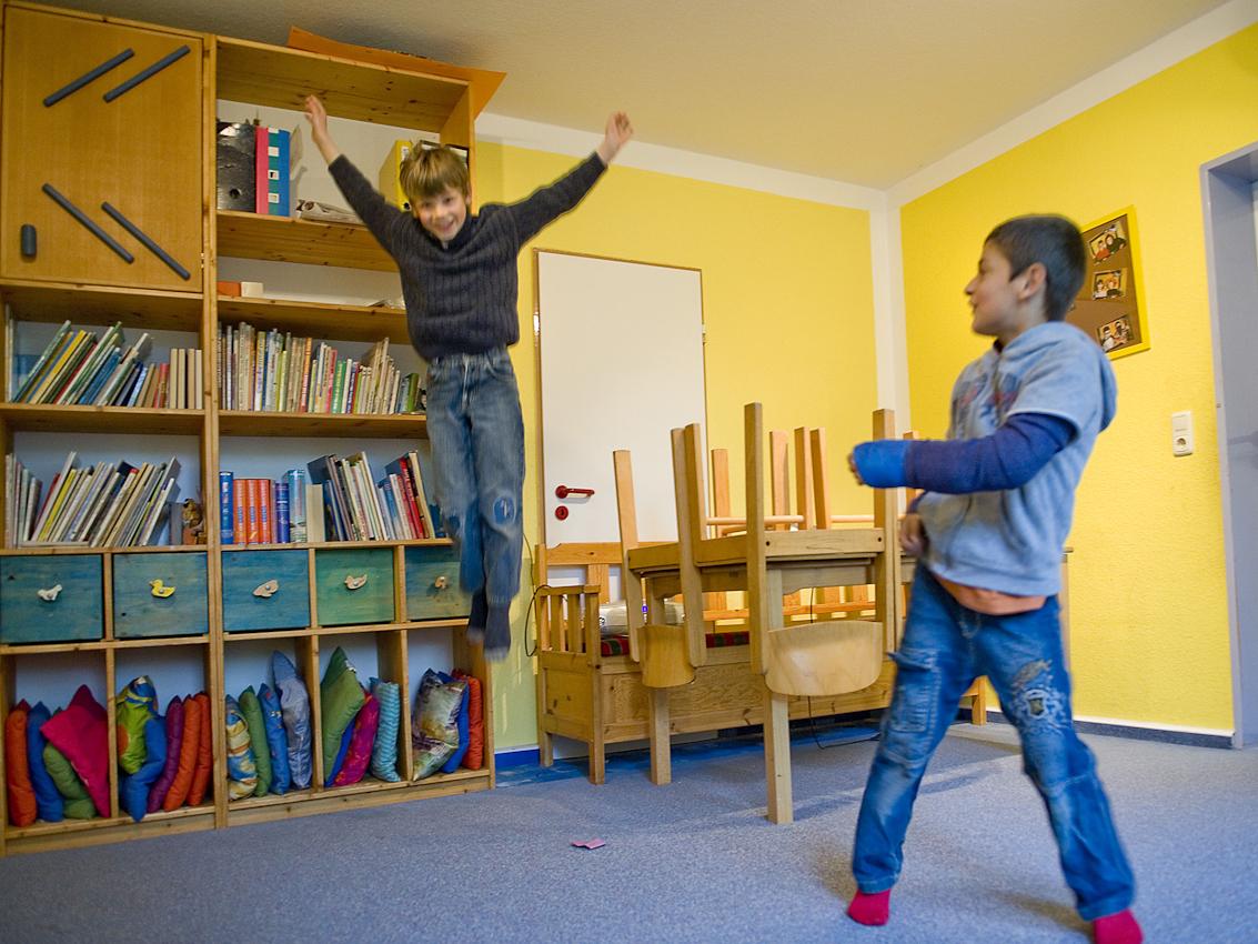 """Im Tobezimmer: Julius und Walat nutzen die Zeit im Tobezimmer zum ringen, toben und tanzen. Nach der Benutzung müssen sie dafür sorgen, dass der Raum wieder aufgeräumt ist. Neben Nacharbeit des Schulstoffes nimmt auch die Vermittlung sozialer Kompetenzen wie Rücksichtnahme, Verantwortung  oder der gewaltlose Umgang miteinander breiten Raum ein. Der Hort, Dieselstraße 1, in Herford besteht seit 1989  als sozialpädagogische Tageseinrichtung fur Grundschulkinder. 2007 wurde er im Rahmen der Kampagne """"Deutschland Land der Ideen"""" vom Bundespräsidenten zu einem von 365 """"ausgewählten Orten. Bis 2008 unterlag der Hort dem Gesetz uber ,,Tagesstätten fur Kinder"""" (GTK), im seitdem in Nordrhein-Westfalen geltenden Kinderbildungsgesetzt sind Horte nicht mehr als Regeleinrichtungen erwähnt. Kommunale Sparzwänge bedrohen die Qualitat der Arbeit des vom lokalen Verein fur soziale Arbeit und Beratung getragenen Hortes zusätzlich."""