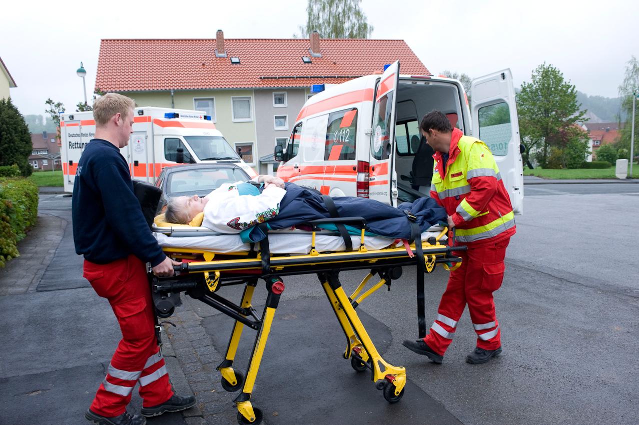 """DRK-Rettungsdienst Osterode am Harz. Tägliche """"Routine"""", eine Patientin wird von ihrer Wohnung zur Behandlung und Versorgung zum Arzt transportiert."""