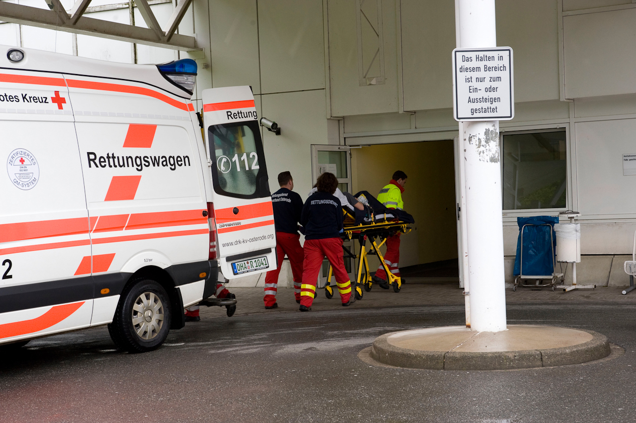 DRK-Rettungswagen im Notfalleinsatz. Ankunft an der Klinik Herzberg am Harz. Der Patient wird eingeliefert.