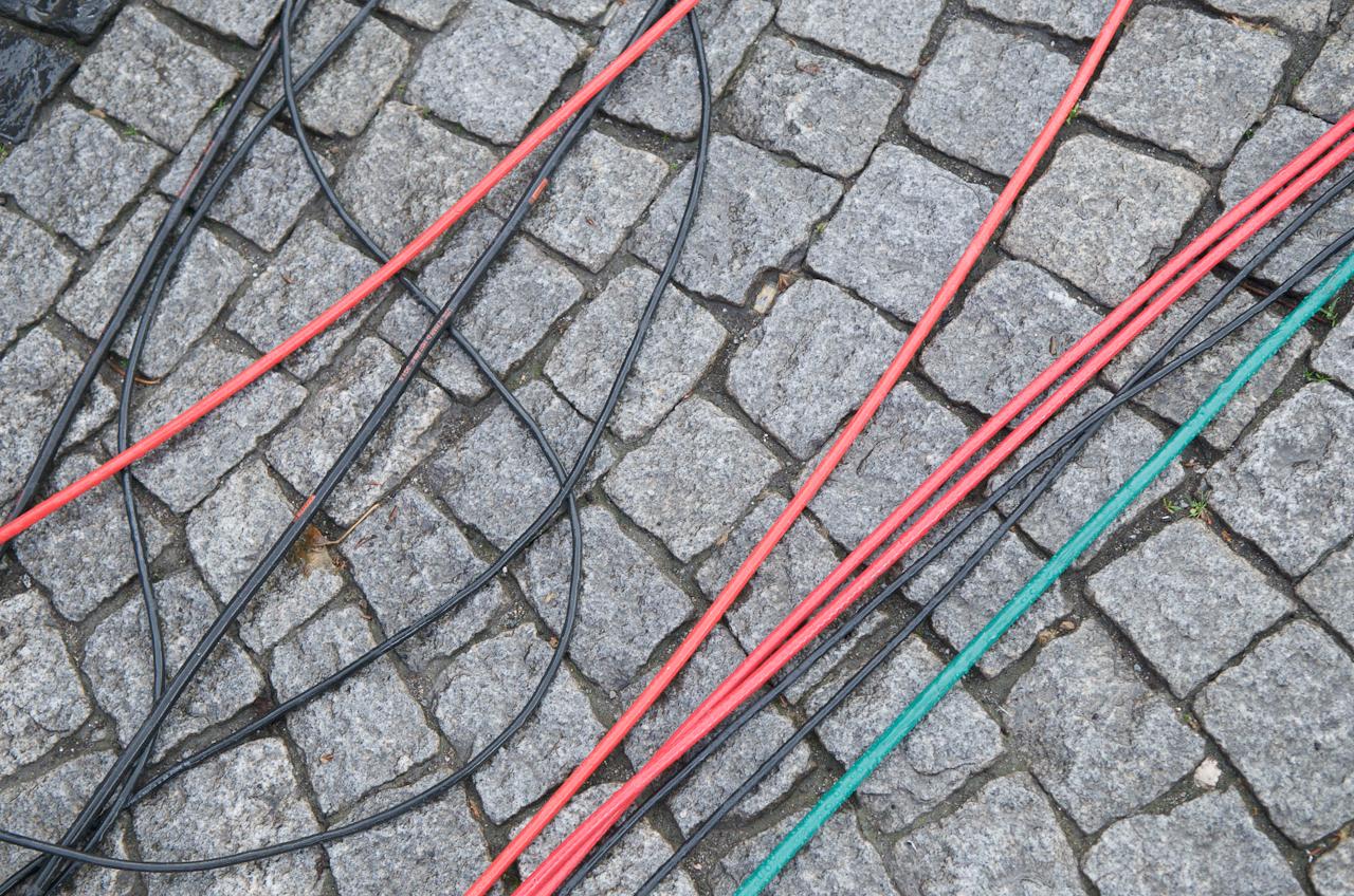 Düsseldorf; Marktplatz vor dem Rathaus.Die Stromkabel der Fernsehteams in den Farben rot; schwarz und grün. Entsprechend den Farben der politischen Parteien; die am 07.Mai 2010 um die Wählergunst anlässlich der nordrhein-westfälischen Lantagswahl kämpfen