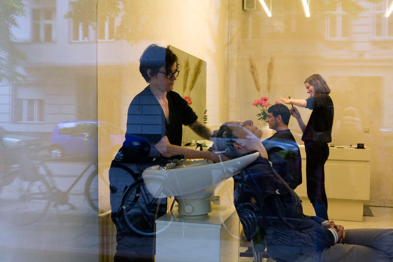 Ein Tag mit Michi und Janni, Berlin, 7.05.2010 - Michi (30) in ihrem Friseurladen in der Sanderstrasse in Neukoelln.