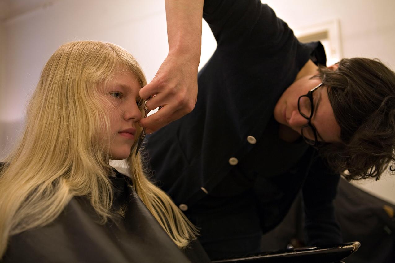 Ein Tag mit Michi und Janni 7.05.2010 Berlin  - Michi (30) in ihrem Friseurladen in der Sanderstrasse in Neukoelln.