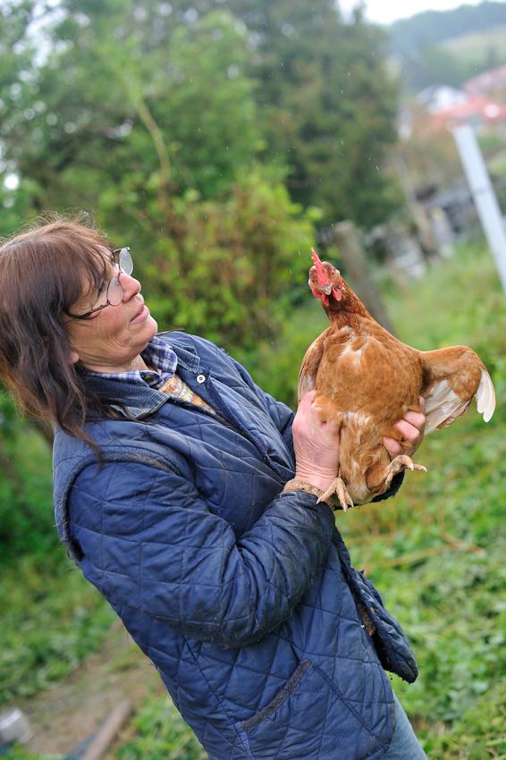 """Trudel Franck, Weinbäuerin und Rinderzüchterin aus Leidenschaft. Sie hält zusätzlich ein paar Duzend Hühner. Die Familie Franck vertritt die """"slowfood"""" Initiative für nachhaltige Landwirtschaft."""