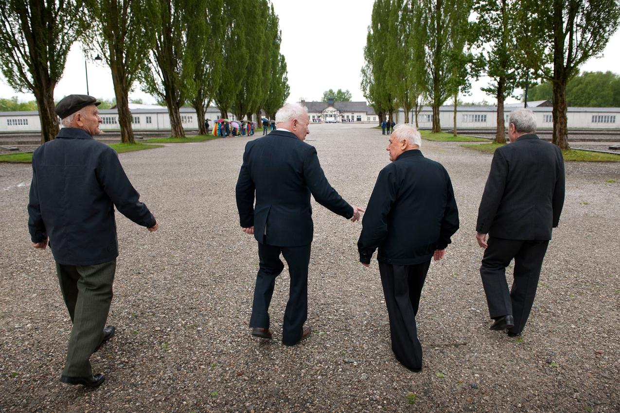 Am 2. Mai 1945 wurde das KZ Dachau von amerikanischen Truppen befreit. Der Förderverein fur internationale Jugendbegegnung und Gedenkstättenarbeit e.V. organisiert jedes Jahr den Besuch ehemaliger KZ-Häftlinge in Dachau.  v.li.n.re. Vasilij Nowak (85), Alexej Lutij (85), Aleksandr Kulinitsch (84) und Anatolij Sawitschew (83) aus der Ukraine gehen nach 65 Jahren wieder die Barackenallee hinunter zum Appellplatz.