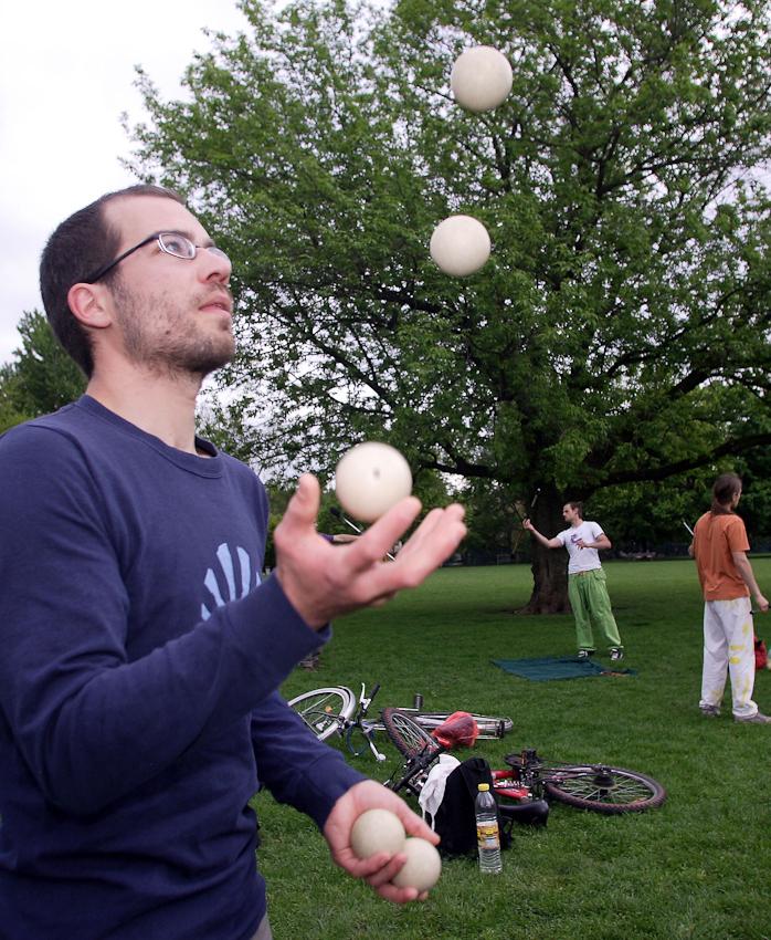Robin Püchel (28) ?bt am 7. Mai 2010 das Jonglieren im Alaunpark in Dresden. Der Park im alternativen Szeneviertel Neustadt ist vor allem bei schönem Wetter Treffpunkt für viele Dresdner, die dort Grillen.
