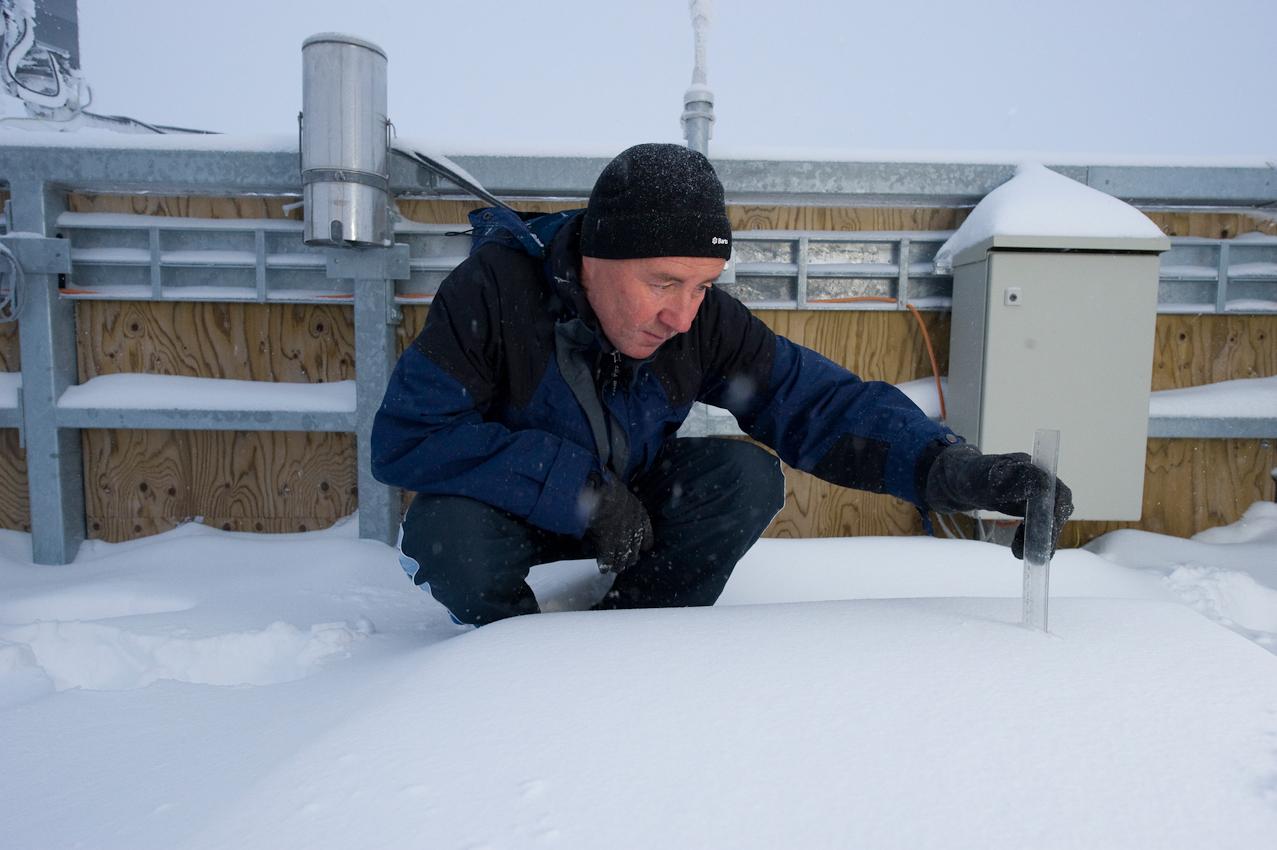 Der höchste Arbeitsplatz Deutschlands: Wetterbeobachter Schorsch Demmer (55) misst die Schneehohe am Morgen des 7. Mai 2010  auf der Turmplattform der Wetterwarte Zugspitze auf 2.963 Höhenmetern. Er ist einer von acht Beamten des Deutschen Wetterdiensts, die hier im Schichtbetrieb 365 Tage im Jahr rund um die Uhr Wetterdaten und Messwerte liefern.
