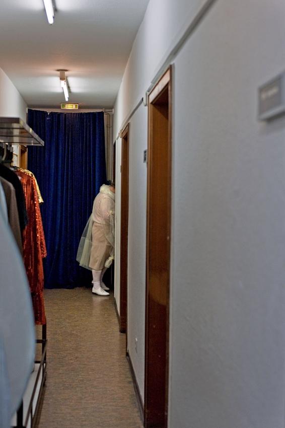 """20.13 Uhr, Der Tenor Danilo Tepsa macht sich auf den Weg zur Koblenzer Theaterbühne. In wenigen Minuten wird er zur Generalprobe der Operette """"Orpheus in der Unterwelt"""" als John Styx die schöne Eurydike umgarnen."""