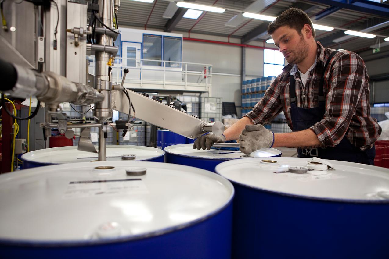 Sven Maronde fullt das mit Additiven versetzte Öl in Fässer ab. Die Raffinierie liefert aber auch kleine Gebinde oder ganze Tanklastzüge voll. Neben Motorenölen werden Getriebe- und Hydrauliköle sowie Spezialschmierstoffe hergestellt.