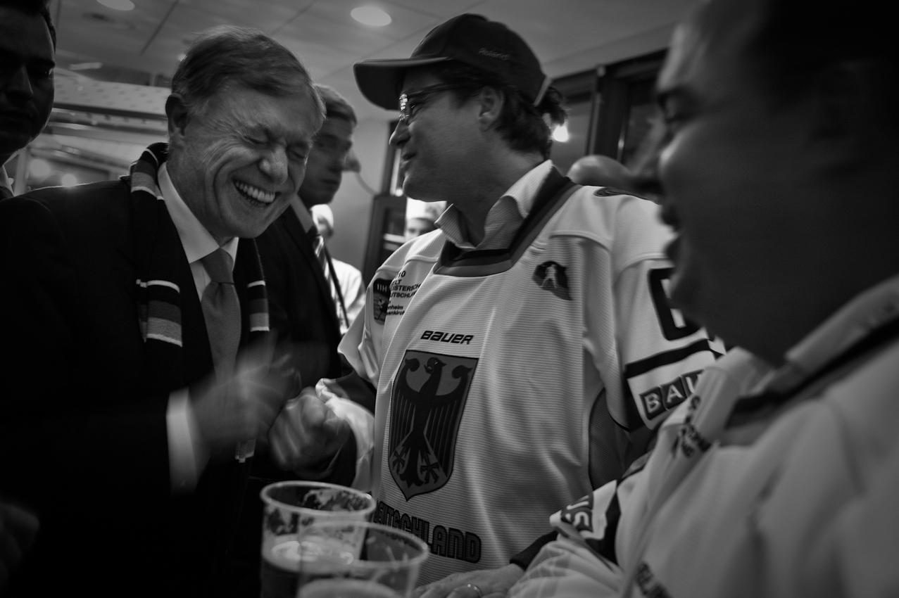 Sehr lustig: Der Fotograf weiß nicht, was genau den Bundespräsidenten hier derartig erheitert. Das Spiel steht zu diesem Zeitpunkt 1:1 unentschieden. Aber diese beiden Fans sind bester Laune, und ganz nüchtern sind sie auch nicht mehr.