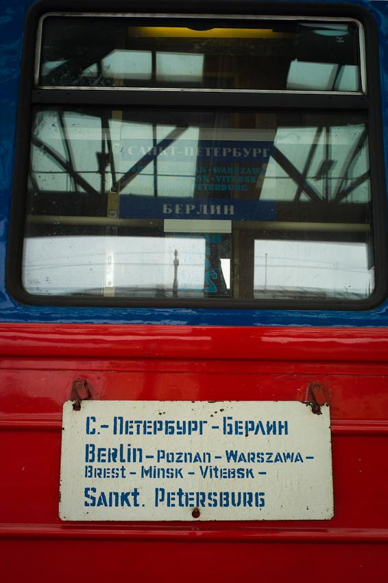 Berlin: Der Nachtexpress vom Bahnhof Zoo über Warschau nach Moskau. Dieser Zug mit den handgemalten Blechtafeln sieht aus, wie ein Relikt aus lange vergangenen Zeiten. Die Wagen sind alt, die Zugbegleiterinnen etwas jünger. Heute fährt der Zug, mit dem man ohne umzusteigen in gut 27 Stunden nach Moskau und von dort weiter nach St. Ptersburg kommt, mit dreiminütiger Verspätung ab.