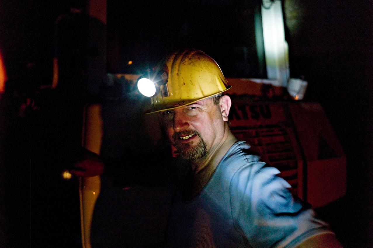 Bergmann im Schacht Konrad, 1000 m Tiefe, arbeitet an der Teilschnittmaschine. Damit wird ein neuer Streckenabschnitt gegraben für das zukünftige Endlager. Es ist heiss, staubig und stickig, trotzdem gute Laune.