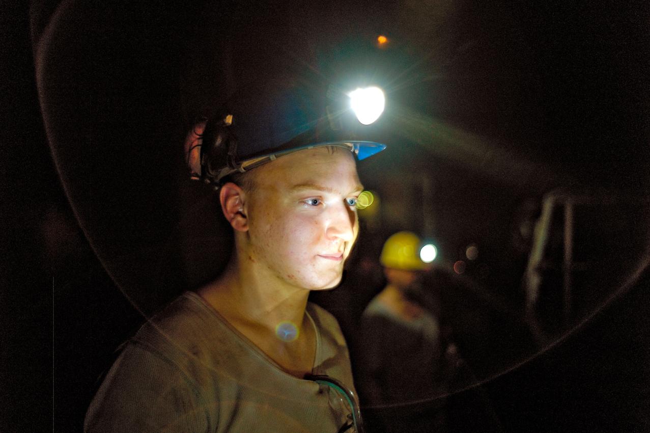 Bergmann im Schacht Konrad, 1000 m Tiefe, arbeitet an der Teilschnittmaschine. Damit wird ein neuer Streckenabschnitt gegraben. Das zukünftige Endlager. Es ist heiss, staubig und stickig, trotzdem gute Laune.
