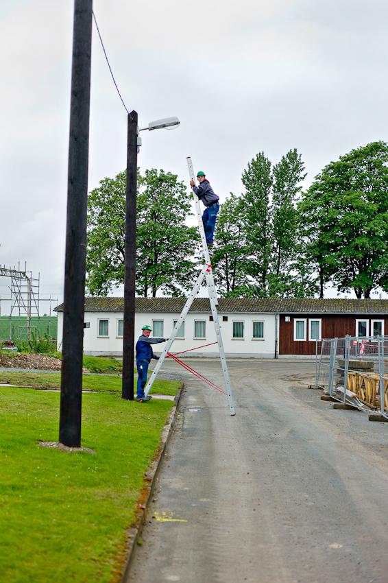 Auf der Baustelle Schacht Konrad wird mit Hochdruck gearbeitet. Arbeiter wechseln die Leuchtmittel der Baustellenbeleuchtung.