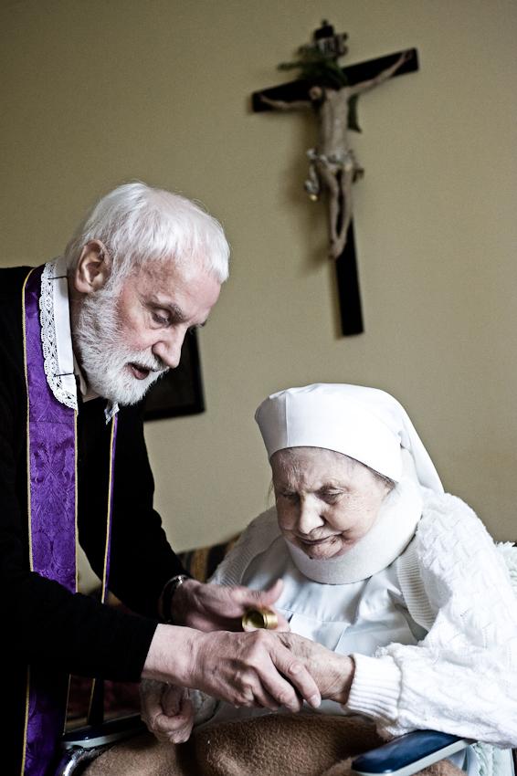 Heitersheim, 07.05.2010, 9:31 Uhr, Orden der Barmherzigen Schwestern vom HL. Vinzenz von Paul. Pfarrer Erwin Seifrid bei der Salbung einer erkrankten Schwester.