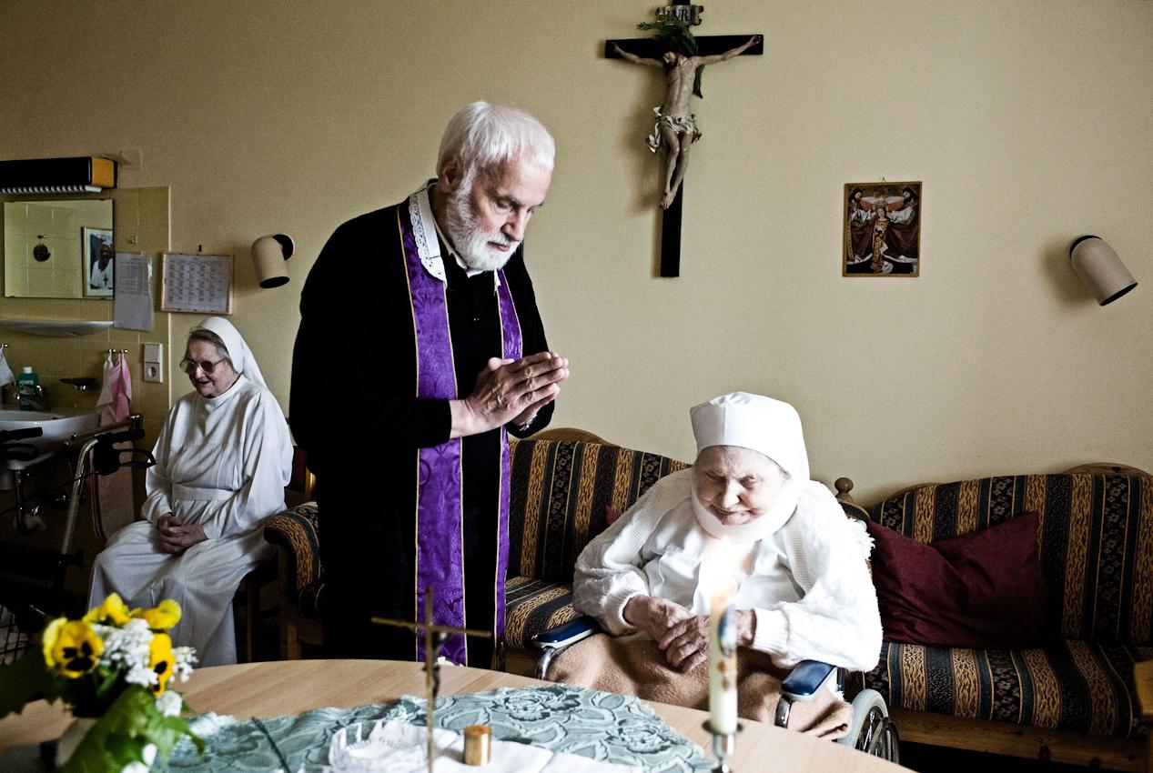 Heitersheim, 07.05.2010, 9:30 Uhr, Orden der Barmherzigen Schwestern vom HL. Vinzenz von Paul. Pfarrer Erwin Seifrid bei der Salbung einer erkrankten Schwester.