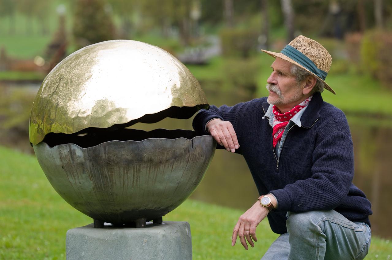 Rund um seine Kunstschmiede in der Waldemai in Schmallenberg-Niedersorpe hat der Kunstschmied Lothar Klute einen Skulpturenpark geschaffen, in dem er auch ganz aktuelle Werke zeigt, wie dieses Kugelobjekt. - Dieses Bild wurde am 07.05.2010 um 12:12:06 Uhr in Schmallenberg-Niedersorpe (Sauerland, Deutschland) aufgenommen.