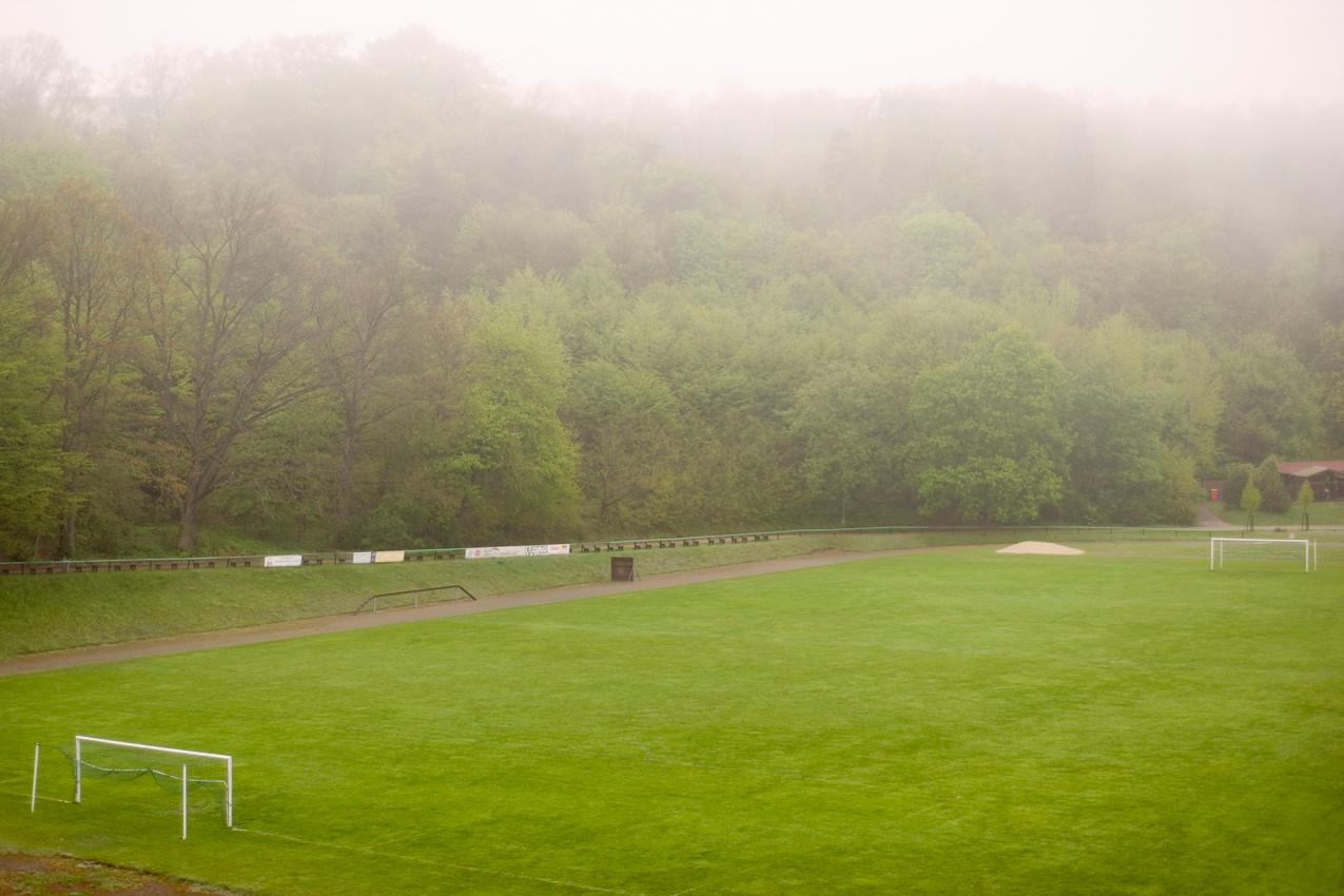 Morgennebel uber dem Sportplatz in Bad Freienwalde/Brandenburg.
