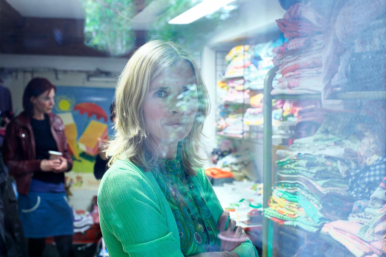 """15.04 Uhr, Ravensburg: Lichtblicke - Anke ist mit sich und ihrem Werk im Einklang: Mal schauen, was die Zukunft bringt. Nach der Geburt ihres Sohnes Lasse und der vergeblichen Suche nach dem etwas anderen Plüschtier fasst sich die Schneiderin Anke Mayer ein Herz und erfüllt sich einen Traum: Sie eröffnet einen kleinen, unkonventionellen Laden im oberschwäbischen Ravensburg, das ,,Kuschelwerk"""". Dort erweckt die leidenschaftliche Sammlerin witzige Stoffe aus den 60er und 70er Jahren zu neuem Leben - als kunterbunte Kuscheltiere. Seitdem gehen diese Unikate nicht nur mit Lasse durch dick und dünn. Für einen Tag habe ich die alleinerziehende Mutter begleitet. Von Tür zu Tür zu Tür. Von zu Hause in ihren Laden und wieder nach Hause. Von Meckenbeuren nach Ravensburg und zurück. An einem ganz normalen Tag in Deutschland."""