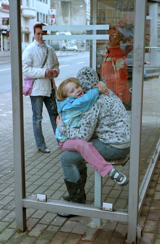 Menschen an der Bushaltestelle in Herne-Crange.