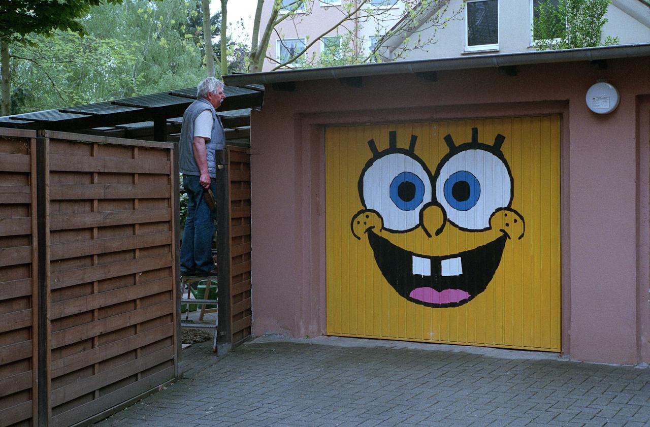 Mann im Garagenhof in Herne-Sodingen.
