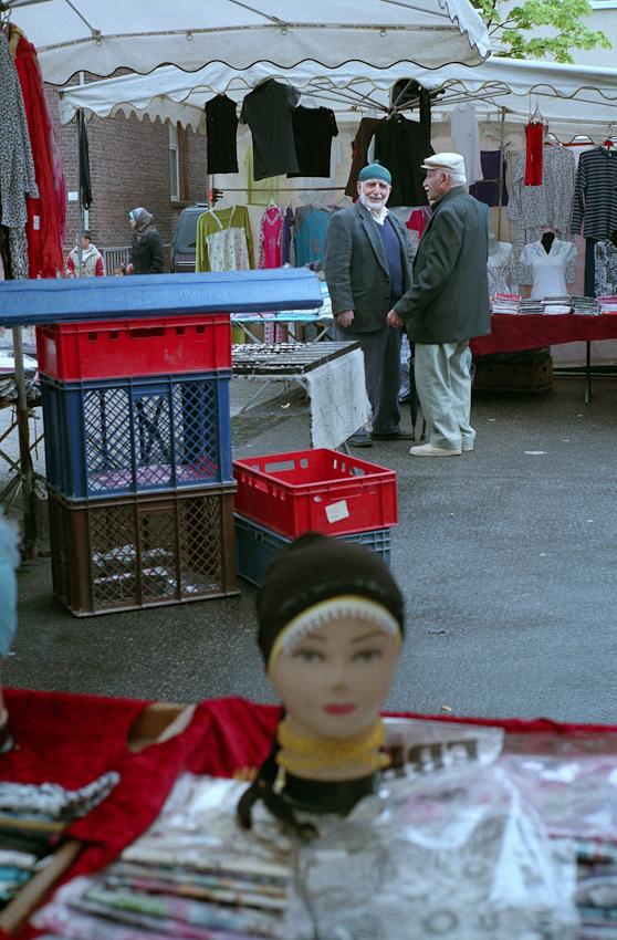 Türkische Männer auf dem Wochenmarkt in Herne-Crange.