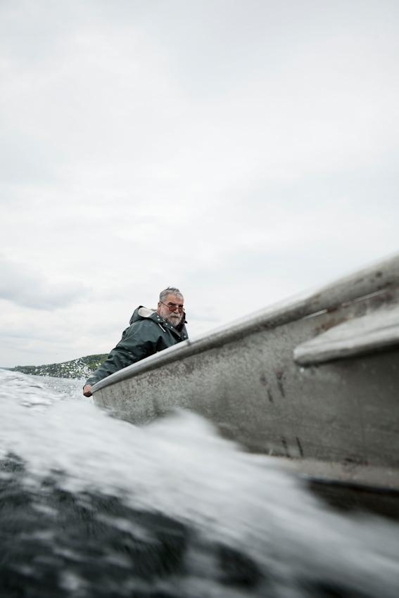 Der Fischer Johann Schuster abends am 7. Mai 2010 in seinem Boot auf dem Weg zu seiner Boje auf dem Starnberger See, wo er die vormittags eingeholten Netze wieder auslegen wird.