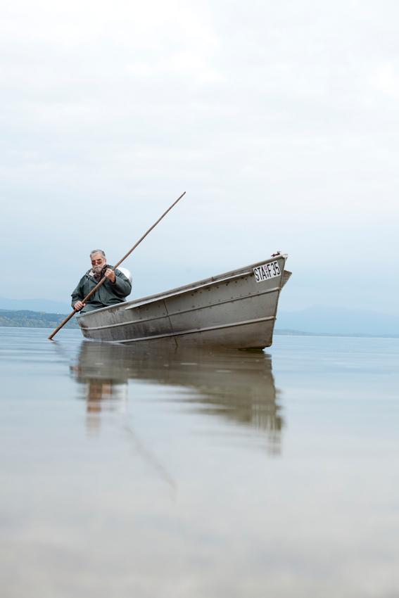 Der Fischer Johann Schuster prueft seine im Stanberger See ausgelegten Reusen.