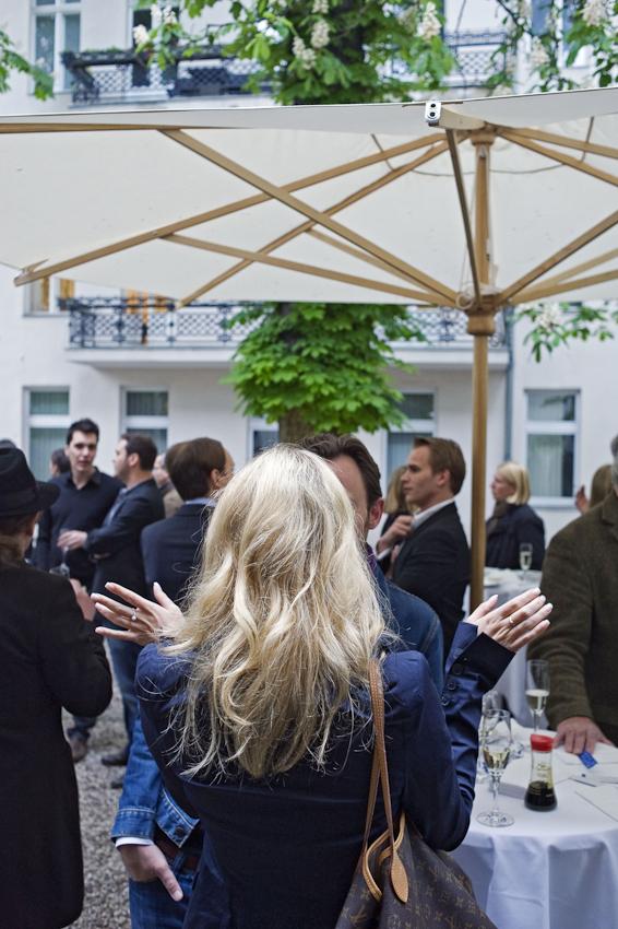 An diesem Abend war der Fotograf Robert Polidori mit seinen Bilder aus dem Schloss von Versailles der gefeierte Kuenstler. Ausstellungen mit grossformatigen Fotografien zu Preisen im 4bis5-stelligen Eurobereich werden bei Camera Work in der Kantstrasse als exclusives Ereignis inszeniert, die geladenen Gaeste sind entsprechend attraktiv.