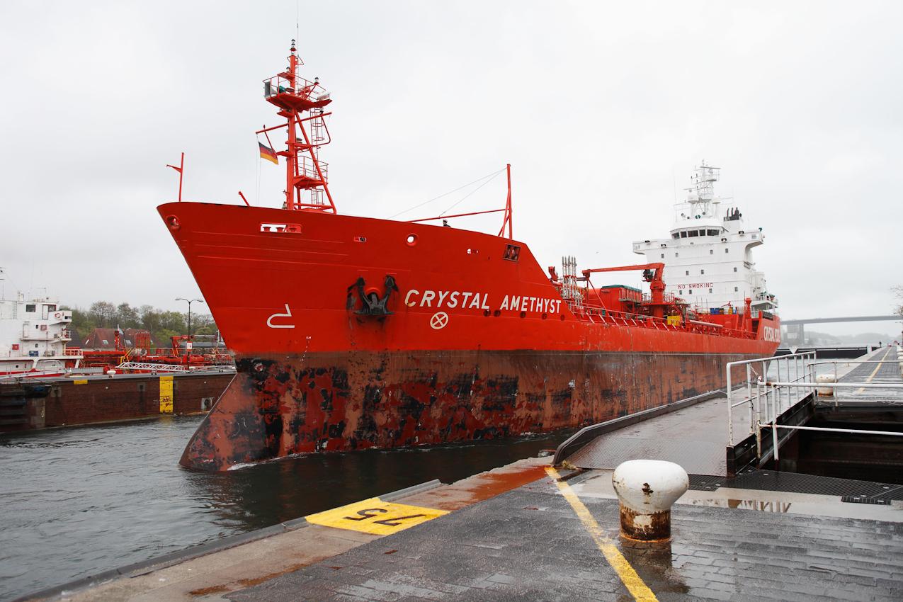 """Der Tanker """"Crystal Amethyst"""" läuft aus der Nordkammer der Holtenauer Schleuse in Richtung Kieler Förde aus. In der Sudkammer liegt in Gegenrichtung ein weiterer Tanker. Die """"75"""" zeigt die noch verbleibenden Meter bis zum Schleusentor."""