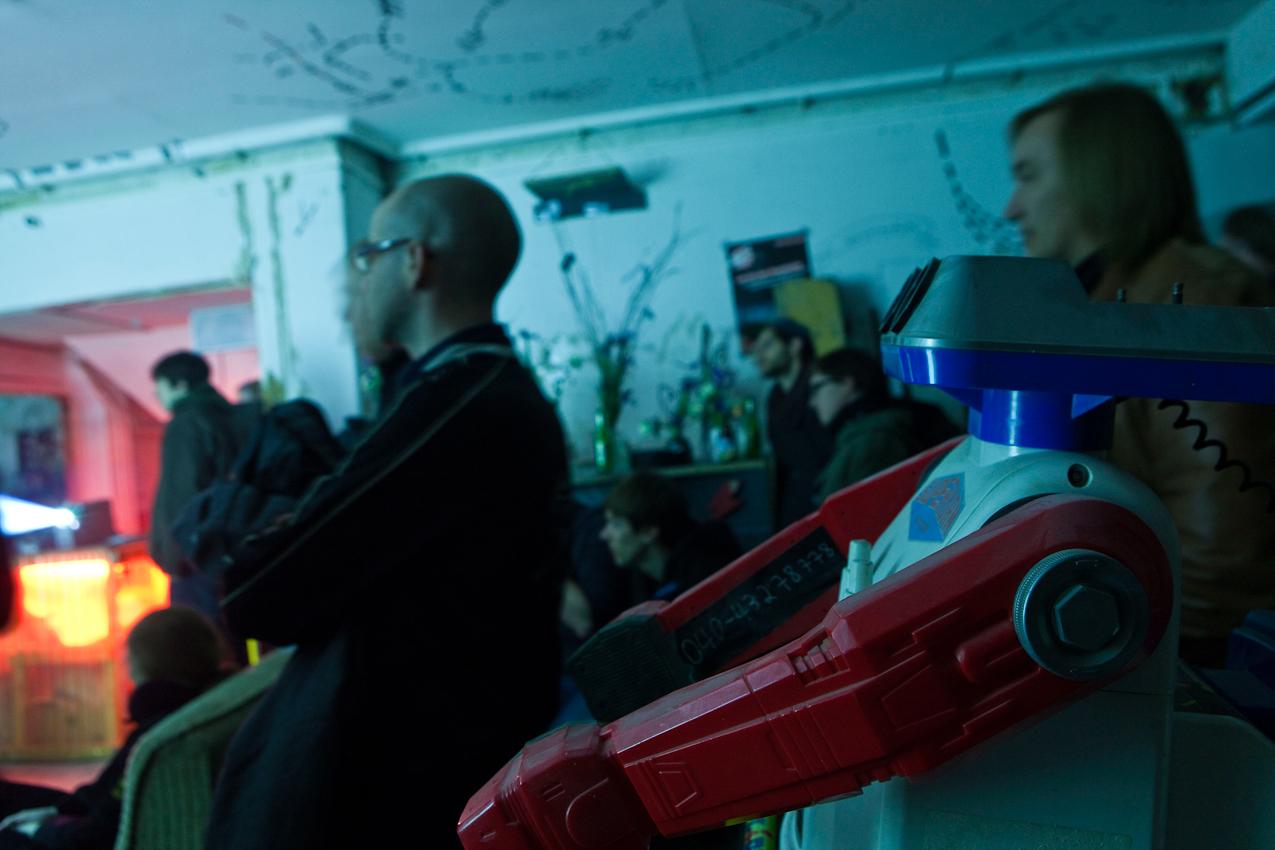 Germany, Deutschland, Hamburg, Innenstadt, Gaengeviertel, Valentinskamp, Caffamacherreihe, von Kuenstlern besetzte Haeuser, Komm in die Gaenge, Band spielt in der Druckerei, sehr laut, Zuschauer, Plastik Roboter mischt sich unauffaellig unter das Publikum