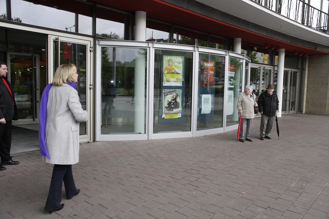 Hannelore Kraft begegnet am Rande der Kundgebung Menschen aus ihrer Stadt und grüßt mit einigen zugerufenen Sätzen.