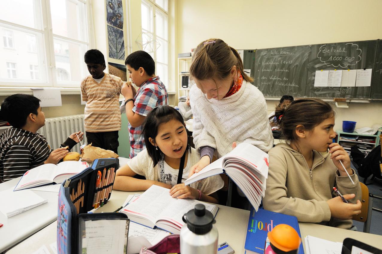 Schüler der Klasse 5e in ihrem Klassenzimmer.