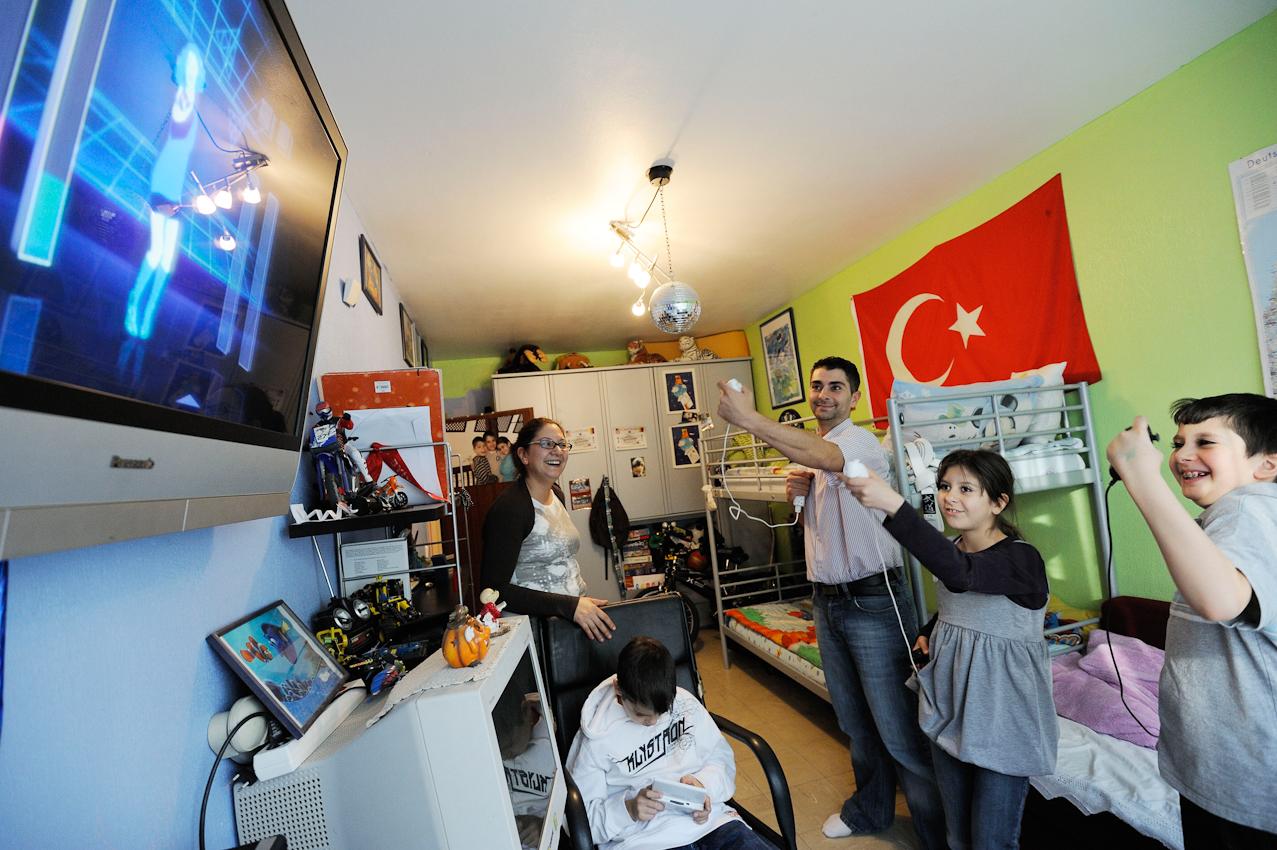 Die türkische Familie Kayi zu Hause in Berlin-Wedding im Kinderzimmer der Söhne beim Wii-Spielen.