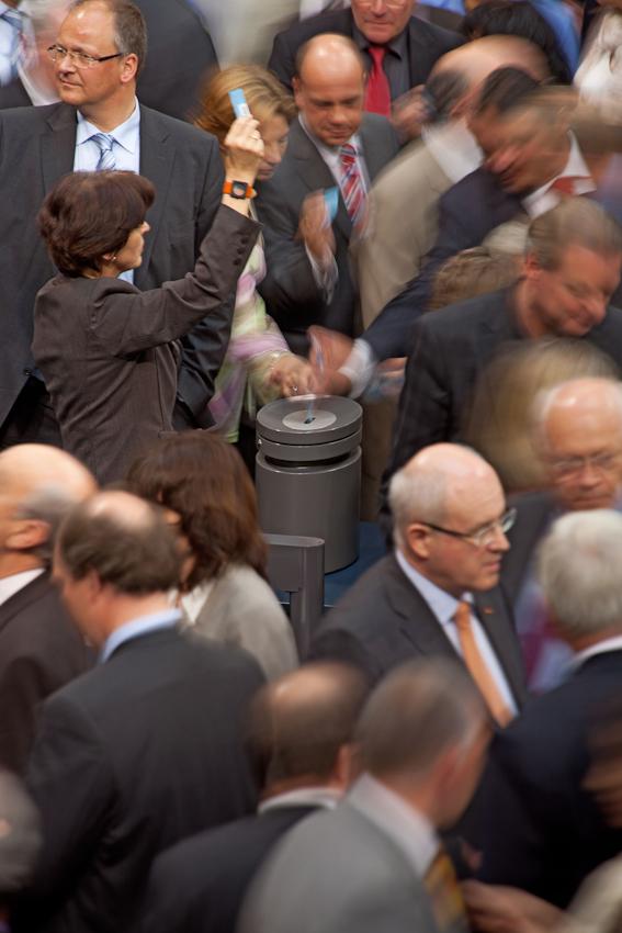 Reichstag, Plenarsaal. Abstimmung zur Bewilligung der Griechenlandkredite. Frau weißt mit erhobener Abstimmungskarte den Fraktionsmitgliedern den Weg zur Urne.