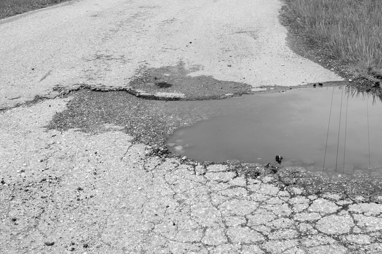 Randgebiet der Isarauen bei Oberhummel. In der Au - Schlagloch mit Regenwasser gefüllt.