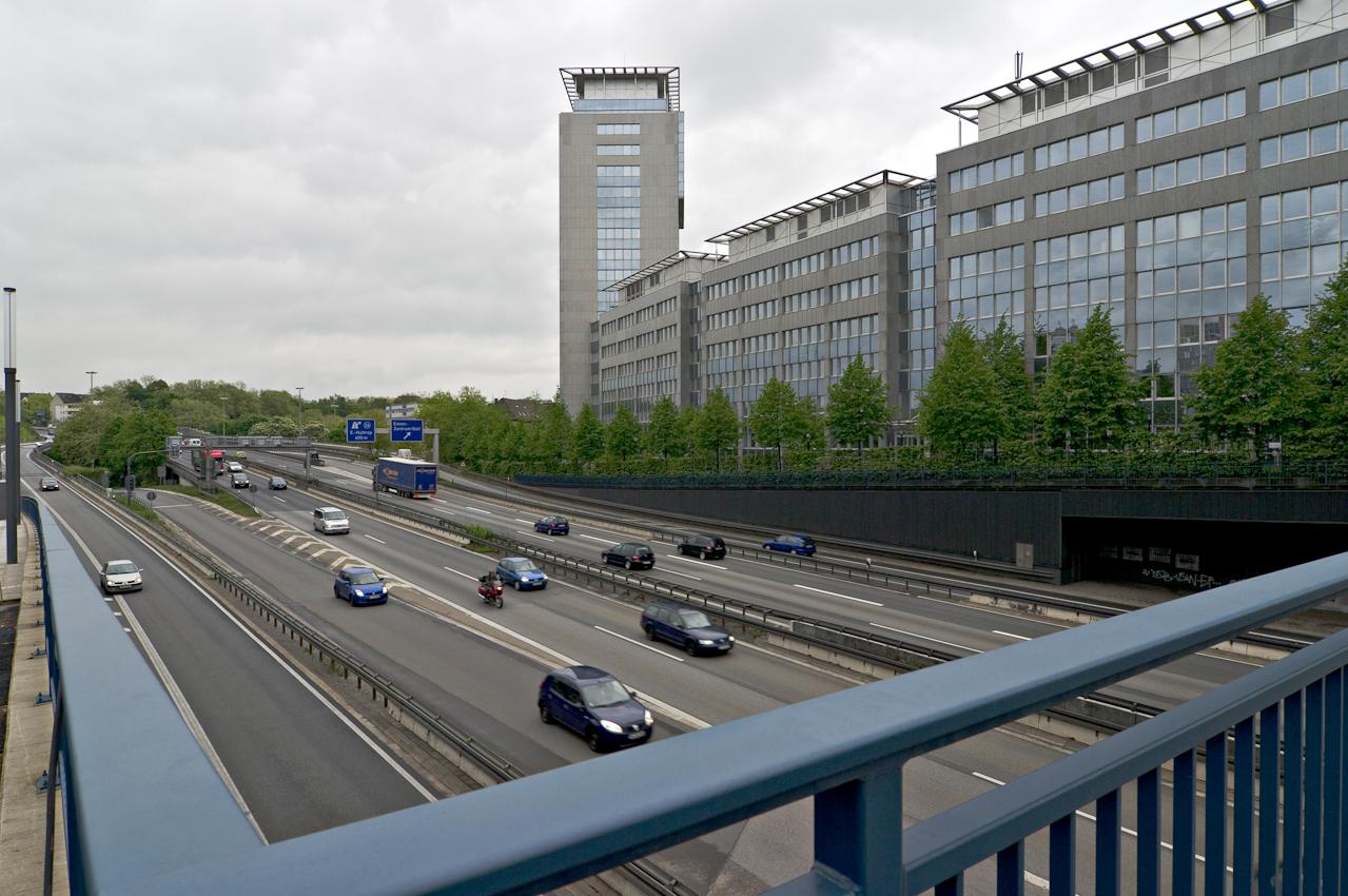 """Stadtautobahn A40, die so genannte """"Lebensader"""" des Ruhrgebiets, Abschnitt Essen-Zentrum mit Helbingbrücken und Gebäudekomplex Rellinghaus I von Evonik Industries AG."""
