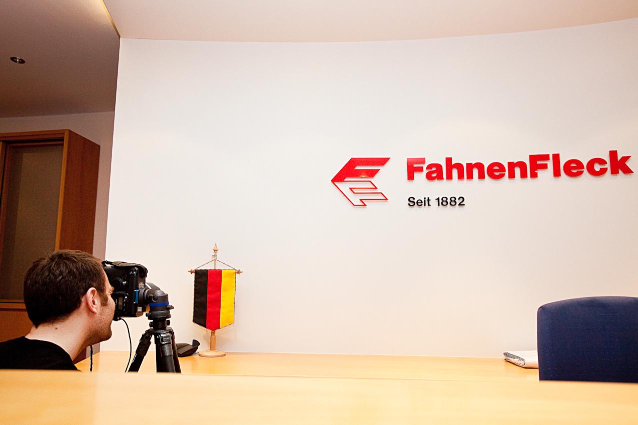 Thies Raetzke fotografiert die Herstellung von Deutschlandfahnen bei der Firma FahnenFleck in Pinneberg. Hier: Tisch-Banner hinter dem Empfangstresen.