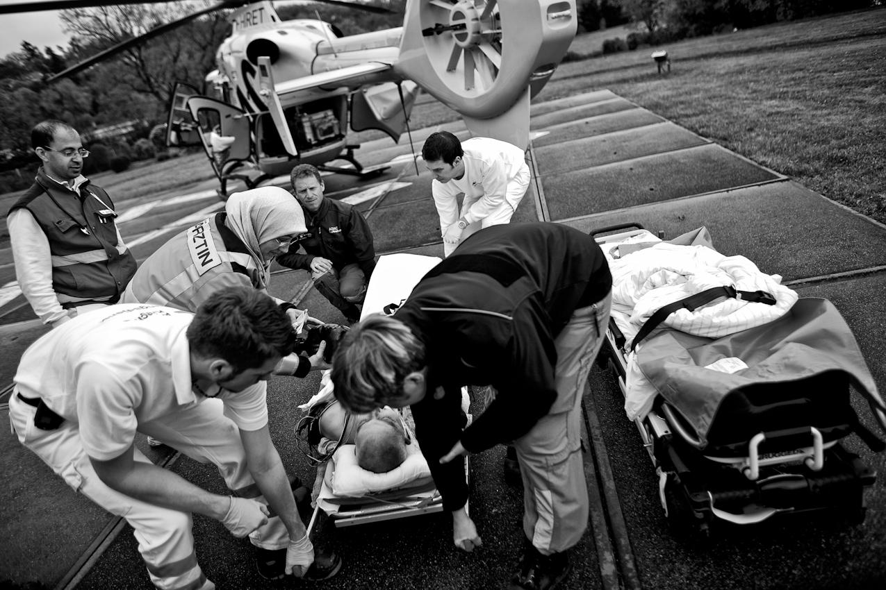 Die Besatzung von Christoph 23 bei der Übernahme eines Patienten nach einem Verkehrsunfall. Vorne rechts Rettungsassistentin Kathrin Schneider, 4. v.l. Pilot Frank Michels.