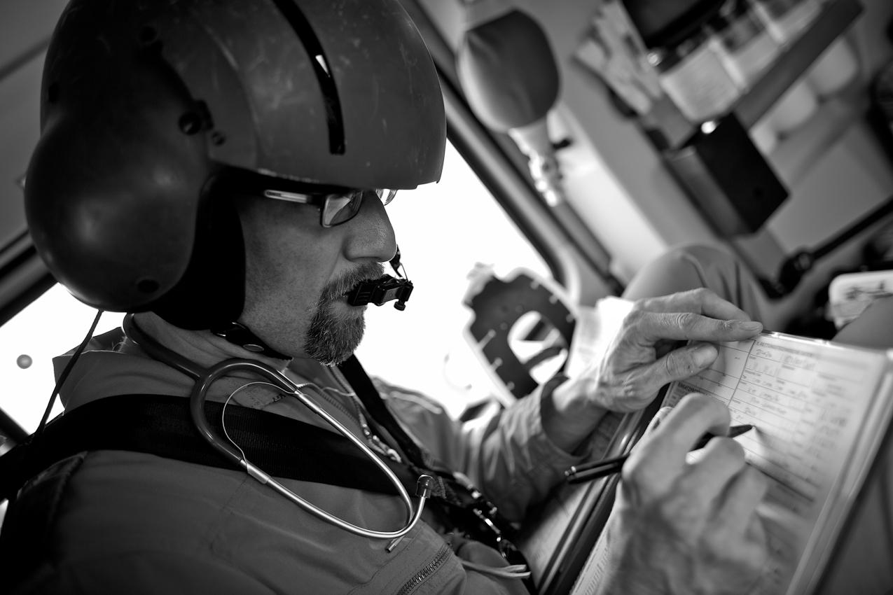 Oberstabsarzt Dr. med. Jens Schwietring füllt während des Fluges ein Notfallprotokoll aus, in dem er alle wichtigen Details des Patienten festhält.