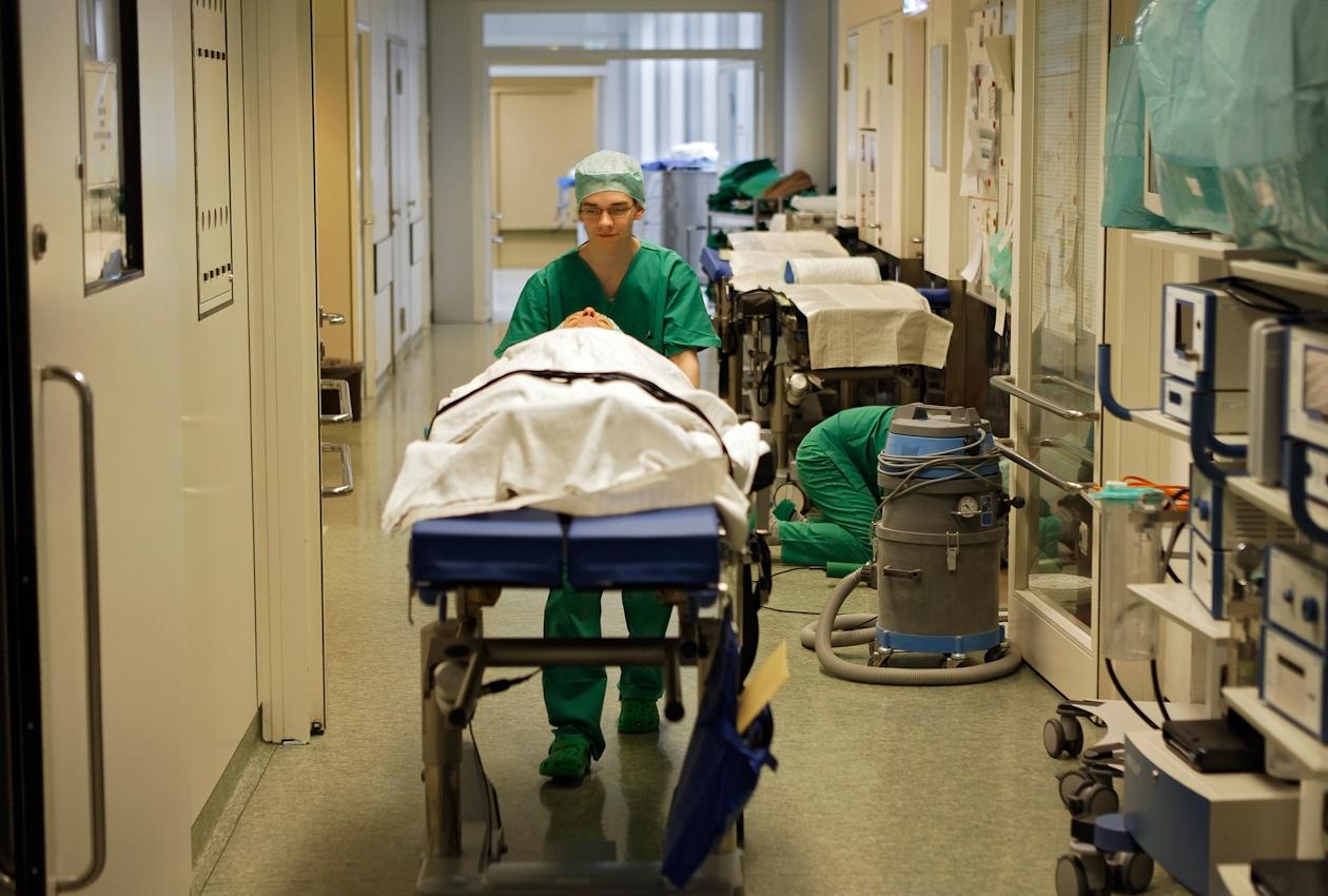 Der Patient Waldemar Goetz wird zum OP Saal gebracht.