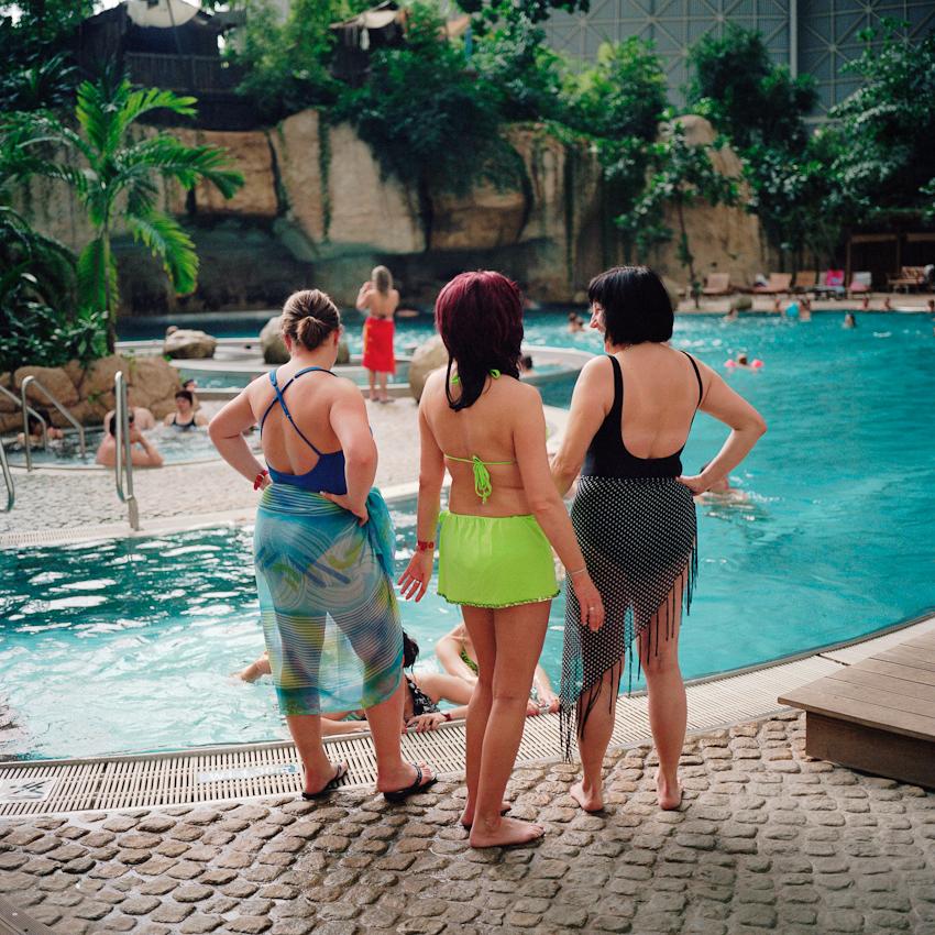 Eine Gruppe von Frauen in der Bali-Lagune.