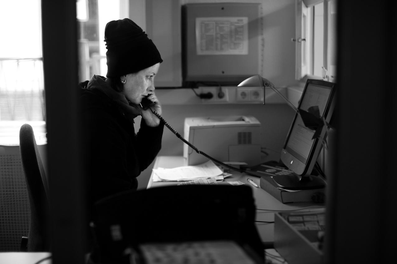 Lokalredakteurin Gabriele Boschbach telefoniert in der Redaktion der Norderneyer Badezeitung.