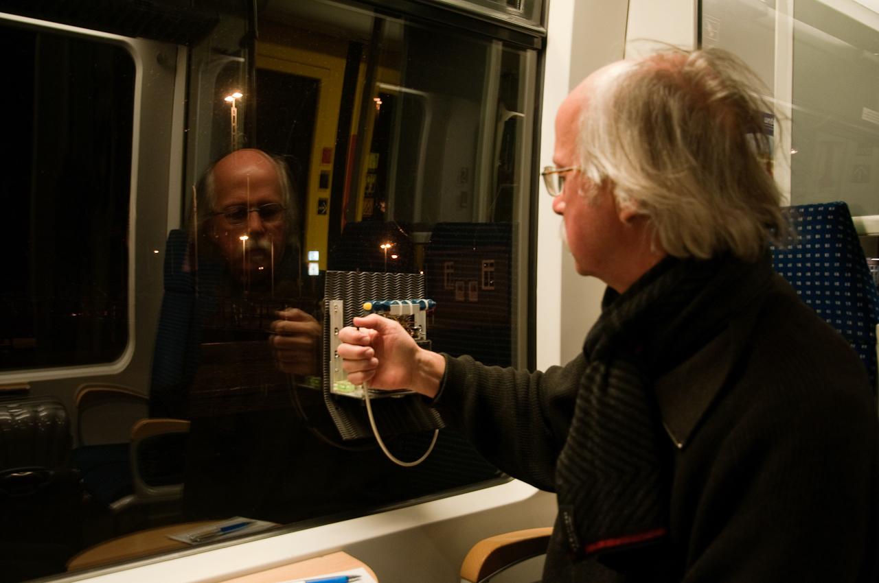 Lothar Schiffler : Die Spezialkamera für die NACHTZUG-Aufnahmen wird an einem Fenster in Fahrtrichtung rechts fixiert; so können entgegenkommende Züge das Bild nicht stören. Der Fahrtverlauf bildet sich für den Betrachter der fertigen Bilder somit von rechts nach links ab.