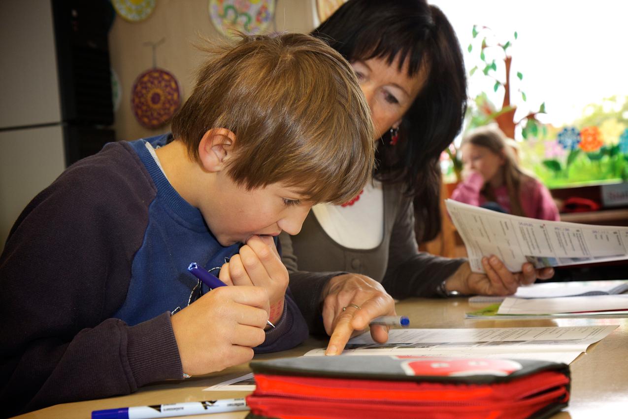 In der Klasse 4 der Grundschule Immenreuth. Die Lehrerin Frau Etterer unterstützt die Kinder mit kleinen Hinweisen bei der Fahrradprüfung. Markus hat diese Prüfung gut bestanden.