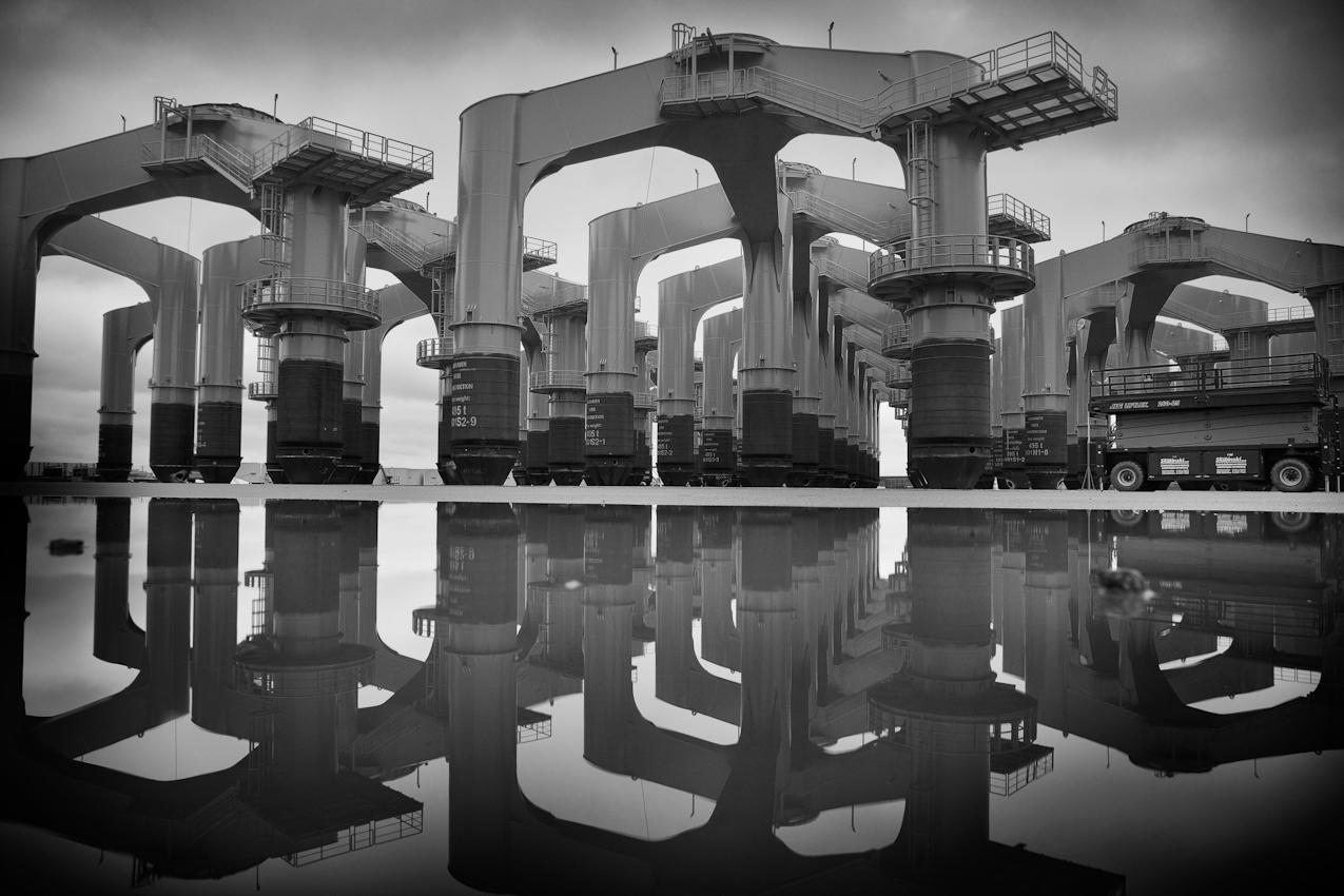 Auf dem Betriebsgelände der Cuxhaven Steel Construction GmbH lagern riesige Stützkreuze aus Stahl. In der Nordsee werden darauf später die Offshore-Windräder montiert.