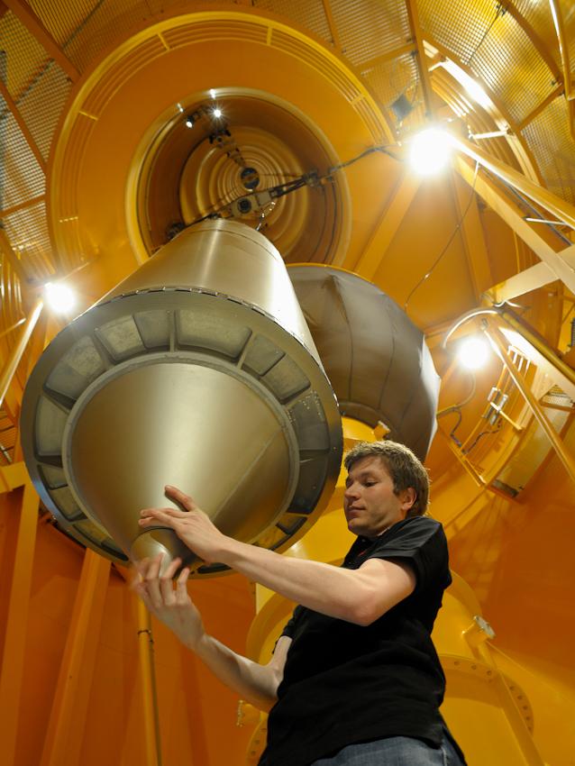 Dipl. Ing. Michael Heseding (ZARM) montiert die Spitze der Fallkapsel. Die Fallkapsel hängt bereits unterhalb der Fallröhre und wird in wenigen Augenblicken auf eine Höhe von 120 Metern gezogen.