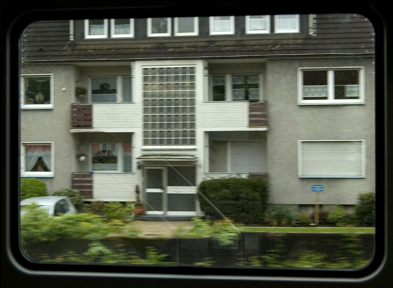 Blick aus dem Zugfenster um 13.54 Uhr. Ein Mehrfamilienhaus in Kamen.