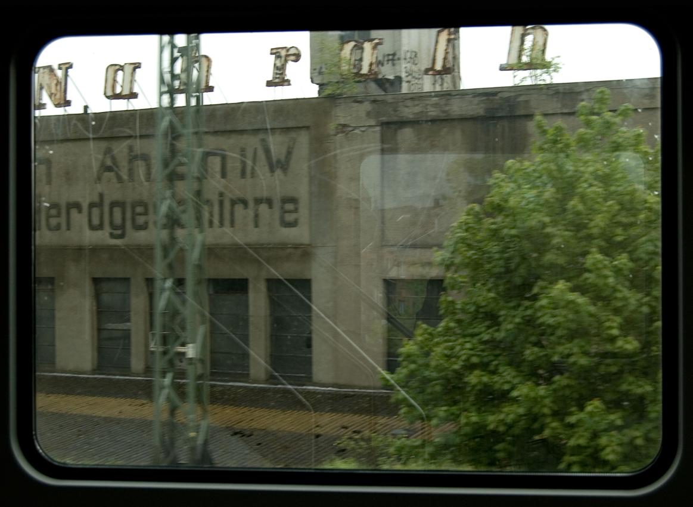 Blick aus dem Zugfenster um 15.38 Uhr. Eine stillgelegte Fabrik in Ahlen.